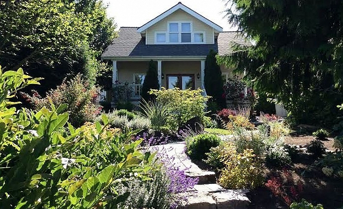 Wendy W. sent us this pic of her place in West Seattle that we did a few years ago. Thanks Wendy! It is coming in nicely...