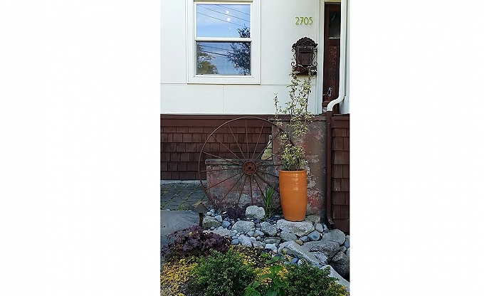 Pot and rusted accent in Queen Anne...