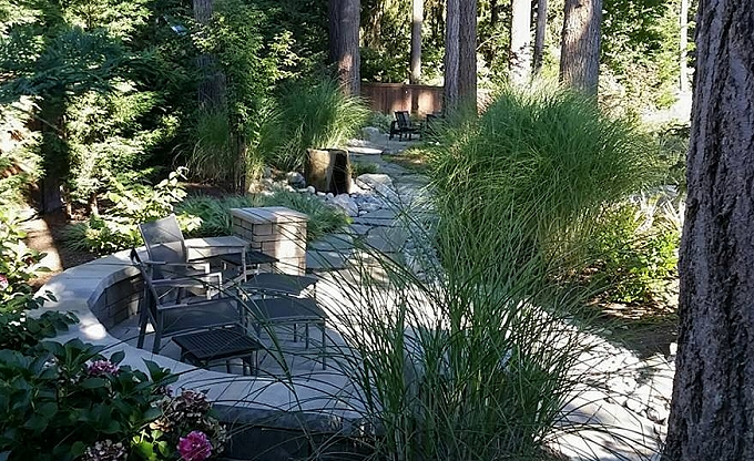 A view across the rear area with the basalt column water feature in the distance. This is the Belgard 'Tandem' modular block wall with a 'Toscana' color Belgard 'LaFitt Rustic slab