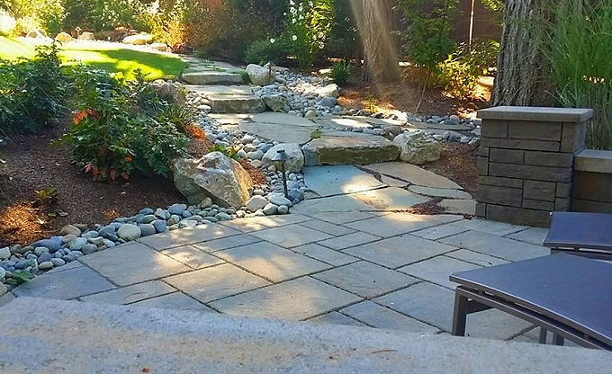 Transition to the walk area above from the rear. This is the Belgard 'Tandem' modular block wall with a 'Toscana' color Belgard 'LaFitt Rustic slab